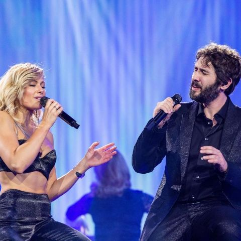 Helene Fischer performing with Josh Groban.