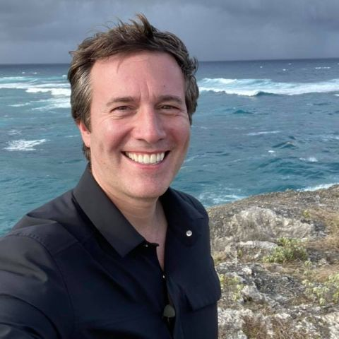 Jeff Glor holds American nationality.