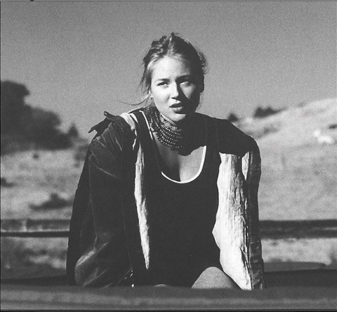 Jewel Kilcher posing for a picture.